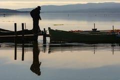 Fischer mit ihren alten Booten, Fall an der D?mmerung Sardinien-S?dwesten stockfotografie