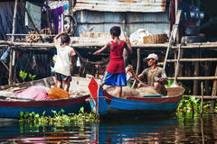 Fischer mit ihren Kindern bereiten Gerät vor Stockbilder