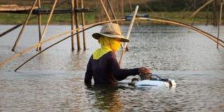 Fischer mit Netz stockfoto
