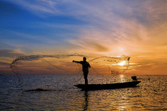 Fischer mit schönem Sonnenaufgang Lizenzfreie Stockbilder