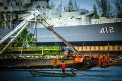 Fischer mit Schlachtschiff lizenzfreie stockfotos