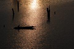 Fischer mit Sonnenuntergang in dem Fluss Stockfoto