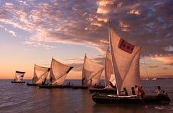 Fischer mit traditionellen Pirogues, Madagaskar Stockfotografie