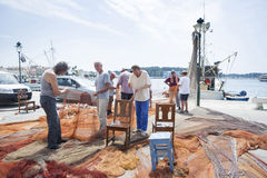 Fischer mit Treibnetz in Rovinj Lizenzfreie Stockbilder
