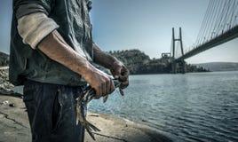 Fischer reißt die Fische auseinander lizenzfreies stockbild