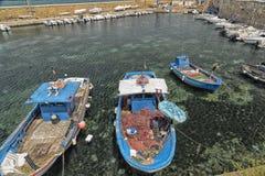 Fischer repariert sein Netz auf Boot Lizenzfreie Stockfotos