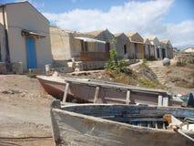 Fischer ` s Häuser in Sizilien mit in den alten Booten des Vordergrunds auf dem Strand Marzameni sizilien Italien Lizenzfreie Stockfotos