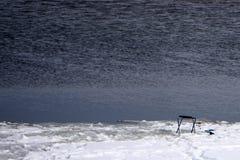 Fischer schaut mit diesem Kamerarecordervorhandensein von Fischen unter dem Eis lizenzfreie stockbilder