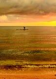 Fischer Silhouette Fishing bei Sonnenuntergang Lizenzfreie Stockfotos