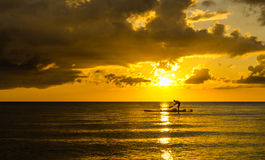 Fischer Silhouette Fishing bei Sonnenuntergang Lizenzfreie Stockfotografie