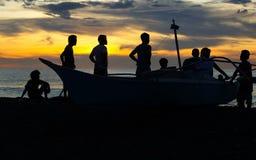 Fischer silhouettieren auf philippinischem Strand Stockfoto
