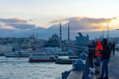 Fischer sind auf der Galata-Brücke und Leuteweg auf der Galata-Brücke im Sommer, Istanbul, die Türkei, 12 01 2019 stockfoto