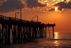 Fischer am Sonnenaufgang auf einem Fischenpier Stockbild