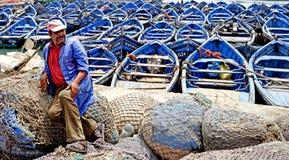 Fischer und Fischerboote im Hafen von Essaouira Lizenzfreies Stockfoto