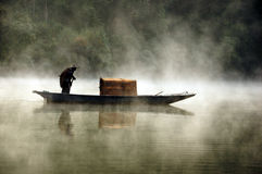 Fischer und sein Boot an einem nebelhaften Morgen Stockfotos