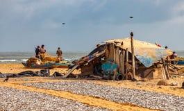 Fischer und trocknende Fische auf Negombo-Strand Lizenzfreie Stockbilder