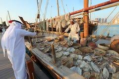 Fischer von Oman, der seine Produkte verkauft lizenzfreies stockfoto