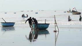Fischer ziehen das Korbboot bei langem Hai stock video footage