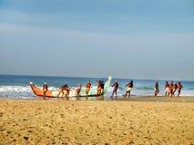 Fischer ziehen Fischerboot bei Kovalam aus stockfoto