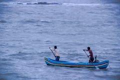 Fischer zwei im Boot im Arabischen Meer, Mumbai, Indien lizenzfreies stockbild