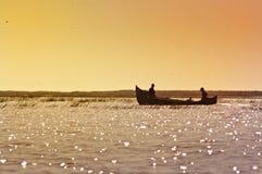 Fischer zwei im Boot während des Sonnenaufgangs Lizenzfreie Stockbilder