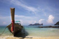 Fischerboot abgestützt Lizenzfreie Stockfotos