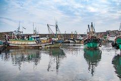 Fischerboot angekoppelt am Hafen Stockbild