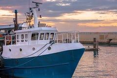 Fischerboot angekoppelt im Hafen bei Sonnenuntergang - altes Jaffa, Israel Stockfotografie