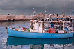 Fischerboot angekoppelt im Hafen während des Sturms - altes Jaffa, Israel Stockfotografie