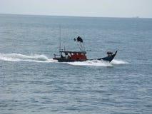Fischerboot in Asien auf ruhigem blauem Meer mit voller Geschwindigkeit stockbilder