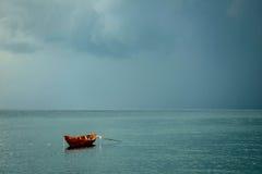 Fischerboot auf Anker Lizenzfreies Stockfoto