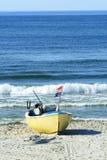 Fischerboot auf baltischem Strand stockfoto