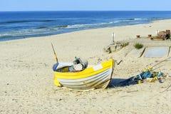 Fischerboot auf baltischem Strand Lizenzfreie Stockfotos
