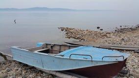 Fischerboot auf dem Baikalsee lizenzfreies stockbild