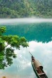 Fischerboot auf dem Fluss lizenzfreie stockfotos