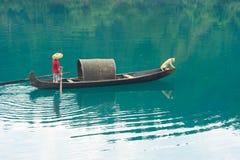 Fischerboot auf dem Fluss stockbilder