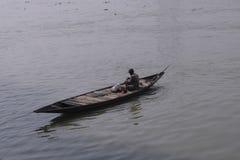 Fischerboot auf dem Fluss der Ganges stockfoto