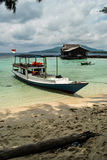 Fischerboot auf dem Karimunjawa-Strand Stockfotos