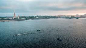 Fischerboot auf dem neva Fluss stock video