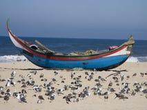 Fischerboot auf dem Sand stockfotos