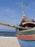 Fischerboot auf dem Sand lizenzfreie stockfotos