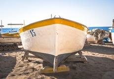 Fischerboot auf dem Sand Lizenzfreies Stockbild