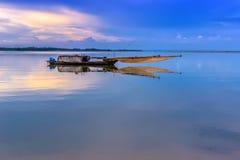 Fischerboot auf dem See in Vietnam Stockfoto