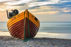 Fischerboot auf dem Strand Stockbilder