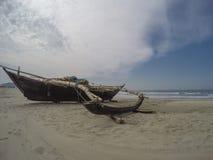 Fischerboot auf dem Strand Lizenzfreie Stockfotos