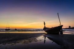 Fischerboot auf dem Strand bei Mae Ramphueng am Abend lizenzfreie stockfotografie