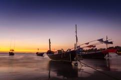 Fischerboot auf dem Strand bei Mae Ramphueng am Abend lizenzfreie stockbilder
