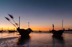 Fischerboot auf dem Strand bei Mae Ramphueng am Abend lizenzfreies stockbild