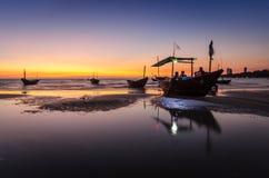 Fischerboot auf dem Strand bei Mae Ramphueng am Abend stockfotografie