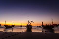 Fischerboot auf dem Strand bei Mae Ramphueng am Abend stockfoto